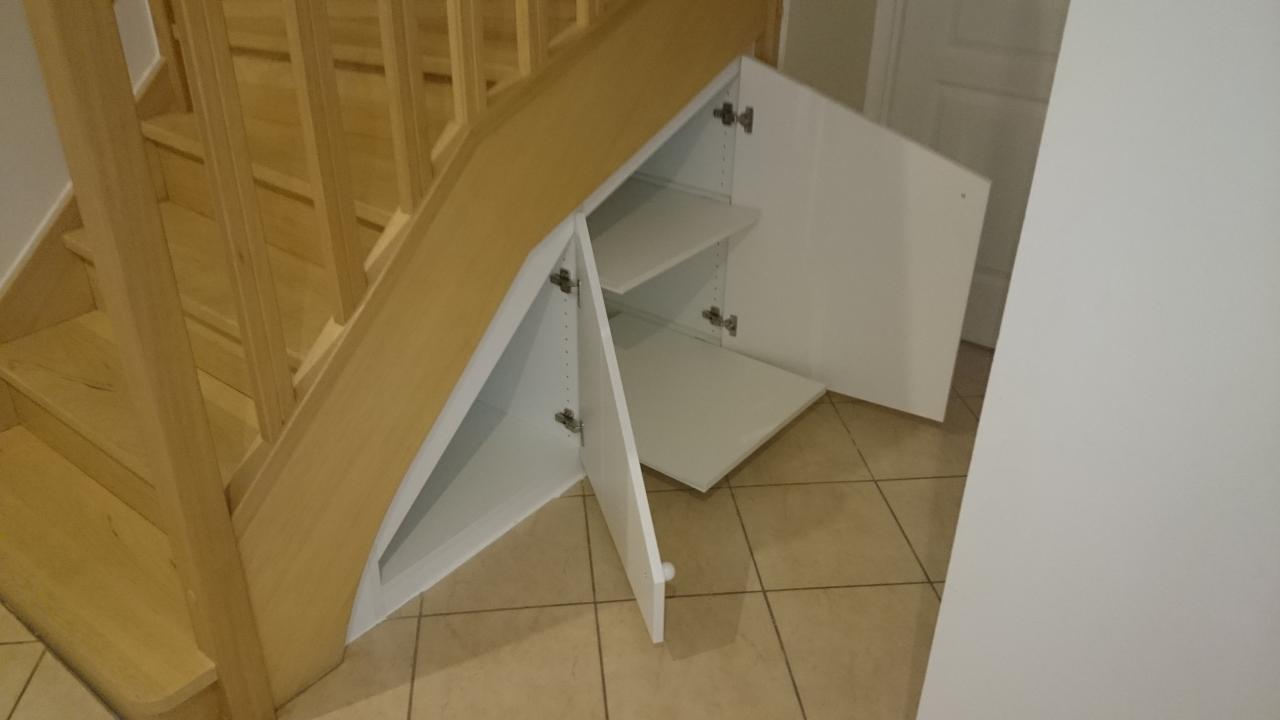 amenagement placard sous escalier pour ranger mes affaires. Black Bedroom Furniture Sets. Home Design Ideas